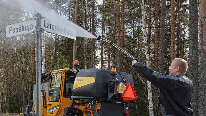 Wille Optim high-pressure washer 1000 with Wille 455b, the operator is cleaning a road sign