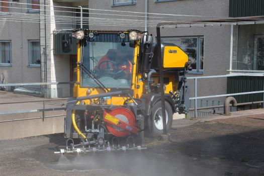 Wille Optim high-pressure washer 550 with Wille 265 cleaning a yard in a tight spot